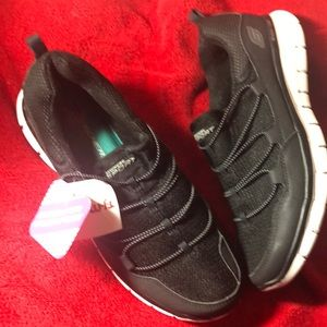 NWT Skechers memory form size 8.5 black -new